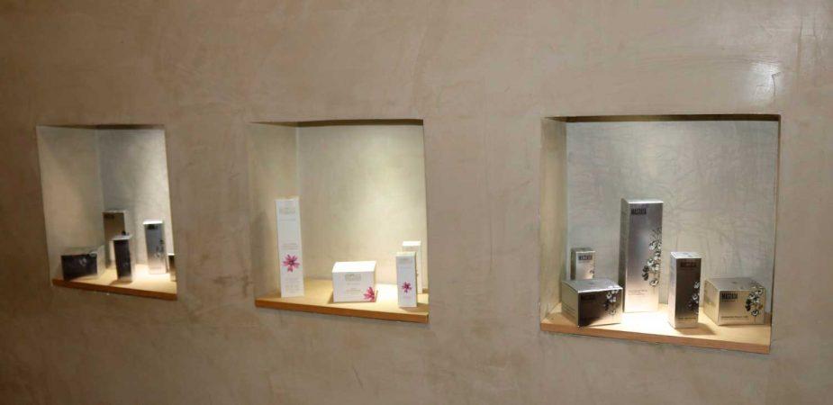 Exposición de productos Massada del centro Natura Beauty León