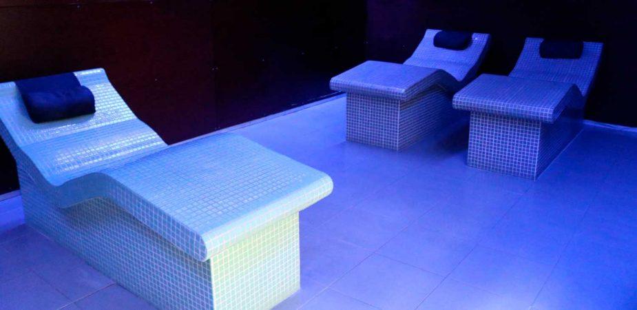 Zona de relax con camas calientes del spa en Natura Beauty León